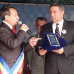 Inmanarea de catre Nicolae Smadu, primarul comunei Domnesti, a diplomei de cetatean de onoare proaspatului prefect, Cristian Soare.