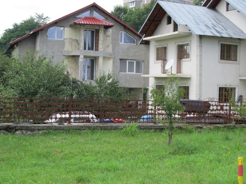 Case şi clădiri ale firmelor construite pe terenul mostenitorului de drept din Cartierul  Craiovei, sensul giratoriu. Vă închipuţi cu cât au vândut aceşti infractori de primar şi prefecţi terenurile!
