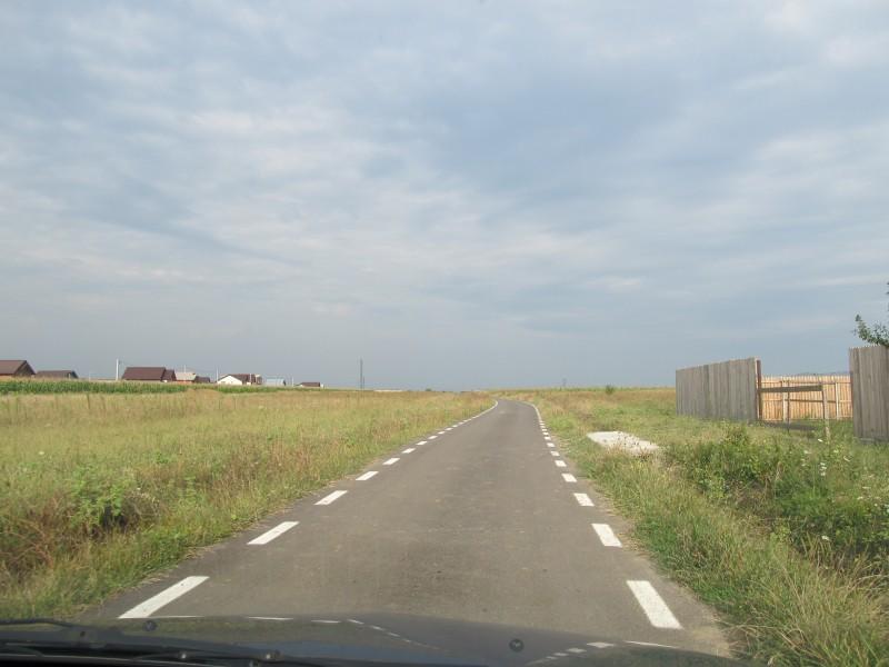 """Drumurile """"asfaltate"""" cu o grosime de 3-4 cm şi vilele puse pe terenurile proprietarilor de drept"""