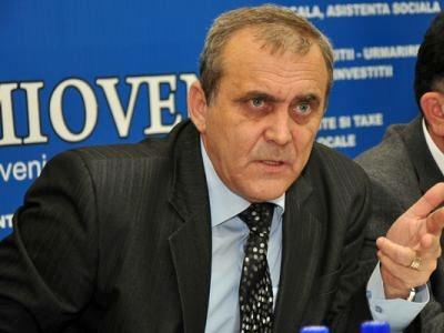 Hoţul hoţilor primăriei Mioveni, Ion Georgescu, care arată cu cele 3 degete cele 3000 de miliarde de lei vechi furate la pod