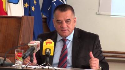 Viceprimarul primăriei Piteşti, Cornel Ionică, rasă ordinară de ţigan care a furat cu ceilalţi hoţi tot patrimoniul primăriei