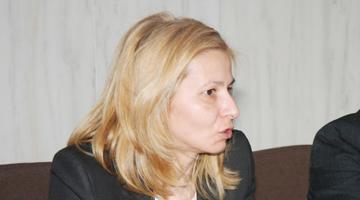 Spălăcita Daniela Lupu infractoare DNA Piteşti care a mai primit 6 luni de boschet arest la blocul din Piteşti