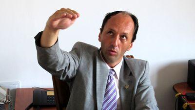 Gârlejatul procurator Marius Iacob arată cu mâna întinsă câte abuzuri a comis de la pământ până la braţ