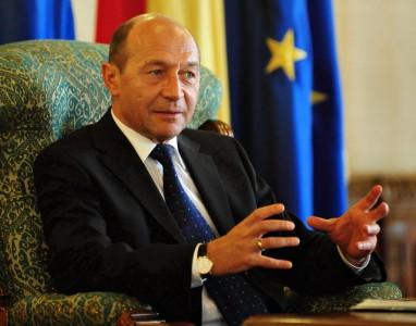 Infractorul Traian Băsescu arată dosarul la comandă, cât ar vrea el să-l mărească pentru Ponta