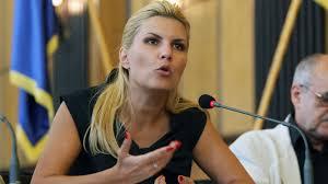 Puşcăriaşa Elena Udrea pledează nevinovată în faţa altor infractori, dar ea a îmbogăţit peste 3000 de primari din ţară cu sute, mii de miliarde de lei vechi la fiecare dosar şi cu un parandărăt de 20% de la fiecare primar