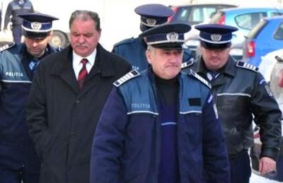 Nea Costică Nicolescu escortat de poliísti spre arest