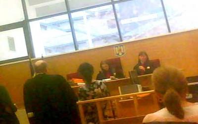 Oarba Babalâc (stânga) şi madame Lili (dreapta) , fete de blat la secţia civilă a Tribunalului Argeş