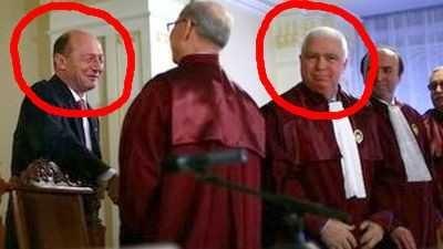 Tăticul lor Traian Băsescu i-a învăţat să ia şpăguţa la fiecare decizie convenabilă politrucilor