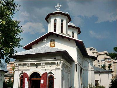 Biserica Mavrodolu Piteşti, în partea dreaptă, unde nu se vede, este biserica construită de Onu, iar în spate e cea pentru surdo-muţi şi alte obiecte, construite de preotul Onu