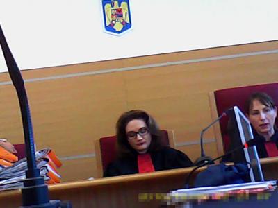 Complet de infractoare abuzive, corupte, Prunaru Andreea Monica (stânga) și Dumitrescu Cornelia palida (dreapta)