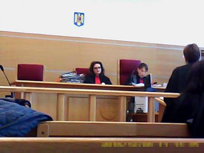 Complet de infractoare abuzive, corupte, Prunaru Andreea Monica (stânga) și Dumitrescu Cornelia, palida, (dreapta)