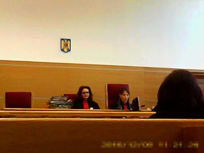 Completul de infractoare abuzive, corupte, Prunaru Andreea Monica (stânga) și Dumitrescu Cornelia palida (dreapta)