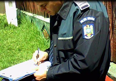 Agent Crăcea Costin, infractor în uniformă cu grade, scria informaţii în caiet ca un robot